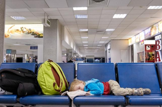 תינוק נרדם בנמל התעופה בקייב