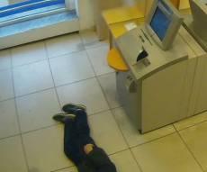 הקשיש שנפל בבנק - ישפטו אזרחים שהתעלמו מאדם שהתמוטט