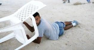 נער ישראלי תופס מחסה בעת האזעקה