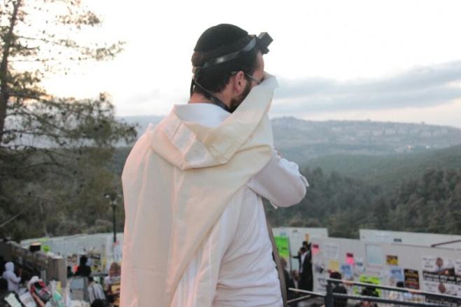 """תיעוד ענק: תפילת שחרית סמוך לציון הרשב""""י במירון"""