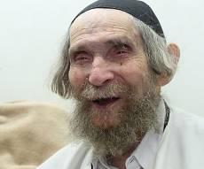 מרן הרב שטיינמן בביתו. ארכיון - בזכות מרן: רופאים הניחו לראשונה תפילין