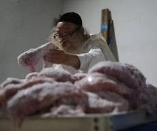 צפו: הירושלמי המבוגר מולח את העופות