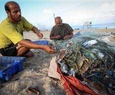 """דייג בחוף עזה. אילוסטרציה - פלסטיני נהרג מירי צה""""ל; שני חבריו נעצרו"""