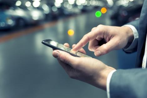 תשלום דרך הטלפון החכם. אילוסטרציה - תשלום חניה בי-ם יתאפשר רק בסמארטפון