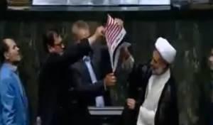 """בפרלמנט האיראני שרפו את דגלי ארה""""ב"""