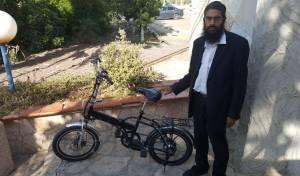 """הבעלים לצד האופניים שהושבו לו - גנב אופניים חשמליים מחרדים - כ""""תחביב"""""""
