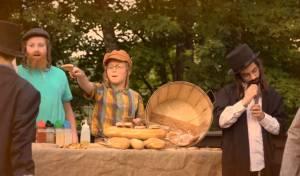מיכאל שניצלער וליפא שמלצער במחזמר באידיש: 'בייגלעך'