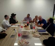 הרב חותה בדיון עם בכירי החברה