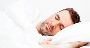 כמה שעות עובד שכיר חייב לישון בלילה?
