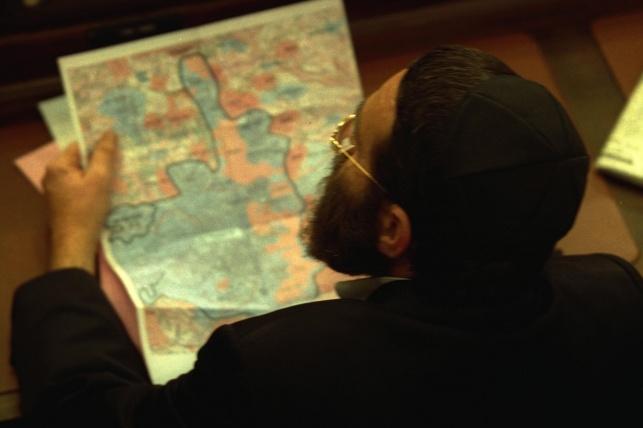 """ח""""כ משה גפני מעיין במפת ירושלים, לקראת דיון מדיני במליאת הכנסת, בשנת 2000"""