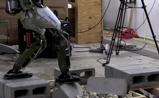 צפו: כך מלמדים רובוט אנושי לעקוף מכשולים