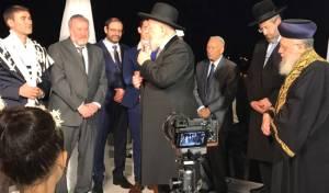 """הרבנים הראשיים בחופת בן היועמ""""ש, הערב - בן היועמ""""ש התחתן, הרבנים הראשיים כיבדו. צפו"""