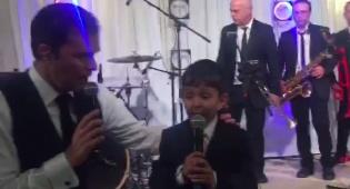"""בנו הצעיר של הרב לאו מבצע """"למלך"""" • צפו"""