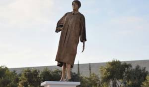 פסל מוזהב של מרים נאור הוצב  והוסר • צפו