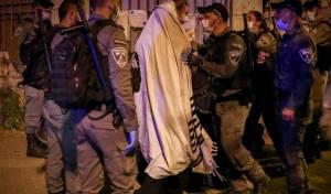 כוחות משטרה אוכפים את הוראות משרד הבריאות
