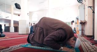 צפו: כך מסבירים לעזתים איך לנהוג במסגד