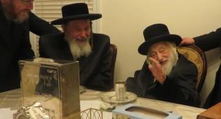 """הרבי מספינקא ירושלים (משמאל) בביקור אצל האדמו""""ר מסקולען"""