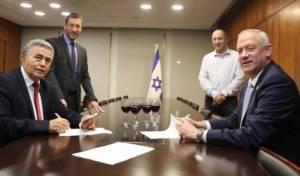 פרץ וגנץ בעת חתימת ההסכם הקואליציוני