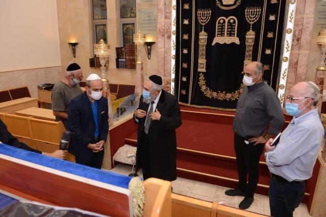 """הפרויקטור ערך סיור בבתי הכנסת: """"מרוצה"""""""