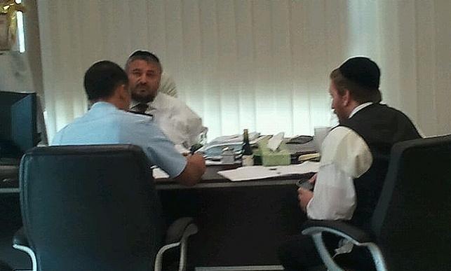 ראש העיר משה אבוטבול עם חוקר המשטרה