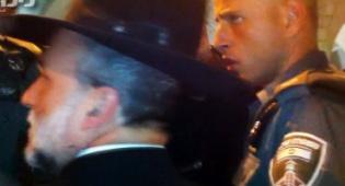 צפו: שוטרים חוסמים כניסת סגן שר