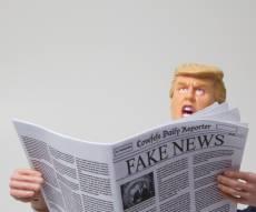 קריקטורה של הנשיא טראמפ קורא 'פייק ניוז'