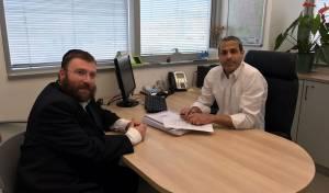 הרב יוסף בינדר בהכנה לפעילות 'הדלת הפתוחה'  במשרדו של אלי עובדיה