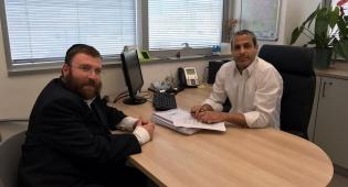 הרב יוסף בינדר בהכנה לפעילות 'הדלת הפתוחה'  במשרדו של אלי עובדיה - מדיניות 'הדלת הפתוחה' של מכבי שירותי בריאות