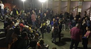 מפגינים קטלונים ממתינים הלילה ליד הקלפיות - לקראת משאל העם: הקרב על קטלוניה