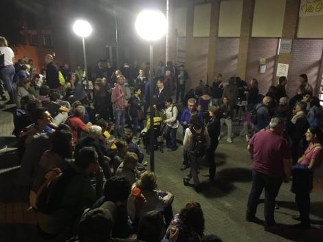 מפגינים קטלונים ממתינים הלילה ליד הקלפיות
