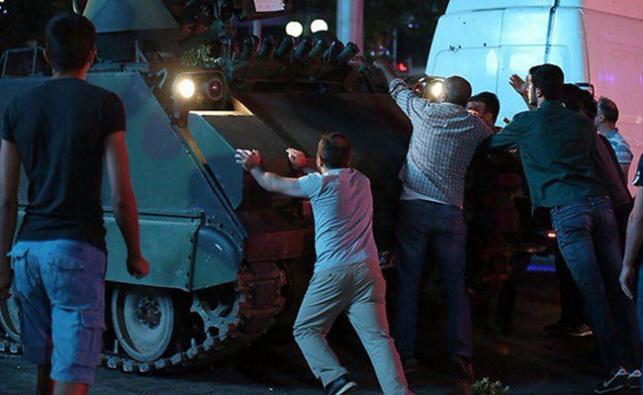 אזרחים חוסמים בגופם את ניסיון ההפיכה
