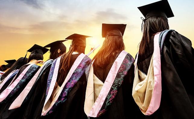 תלמידות קולג' בסין חותמות על הסכם צניעות