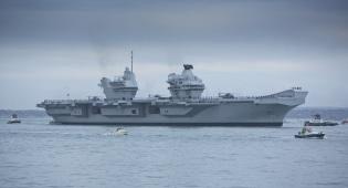 נושאת המטוסים מגיעה לנמל לראשונה - ספינת המיליארדים הושקה עם חדירת מים