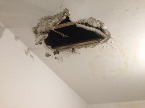 אישום: שבר את התקרה ופרץ ל-29 דירות