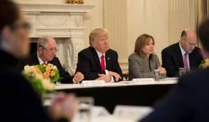 טראמפ עם בכירי ממשלו