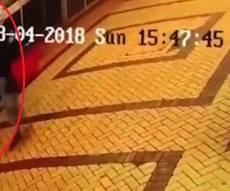 התיעוד של האב ובתו במצלמות האבטחה - רגע לפני: המרגל הרוסי שהורעל תועד עם בתו