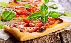 מאפה בצק עלים עם גבינות עגבניות ובזיליקום - ארוחה בשעה: מאפה גבינה עם עגבניות ובזיליקום
