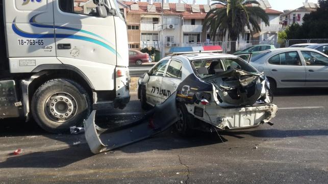 משאית התנגשה בניידת, 2 שוטרים נפצעו קל