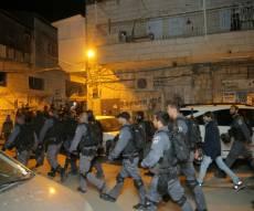 השוטרים, בעת המעצר אתמול - עצורי הפשיטה שוחררו; הבחורה - נכלאה
