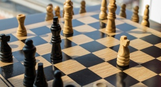שיחק שחמט עם ישראלי והושעה מהנבחרת