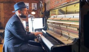 מצמרר: הזמר שהחלים מקורונה מודה בשיר