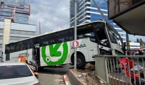 אוטובוס עלה על המדרכה ברחוב רבי עקיבא