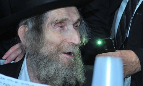 הרב שטיינמן - מסורבות הסמינרים בוכות במעונו של הרב שטיינמן