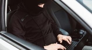 גנבו מרצדס בעזרת... מחשב נייד