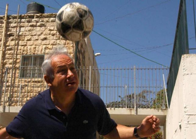 נתניהו וכדורגל. אילוסטרציה - חילול השבת ההמוני במשחקי הכדורגל ייפסק?