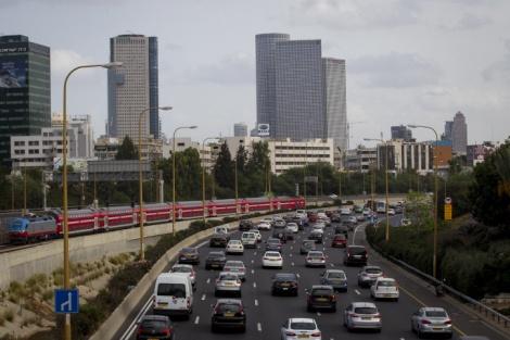פקק תנועה נתיבי איילון מכוניות - הישראלים לווים יותר מידי עבור רכישת רכב