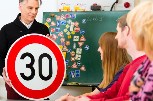לימוד תיאוריה. אילוסטרציה - קיבלתם מעל 80 בבגרות? לא תדרשו לעשות תאוריה