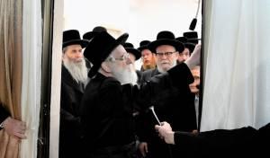קביעת מזוזה לבית המדרש ויז'ניץ בירושלים