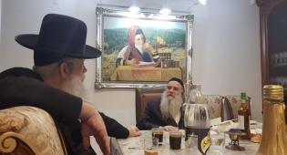 תיעוד: חנוך זייברט מזמין את הרבנים לחתונת בתו