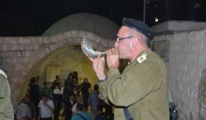מחבלים יידו אבנים על מתפללים בקבר יוסף